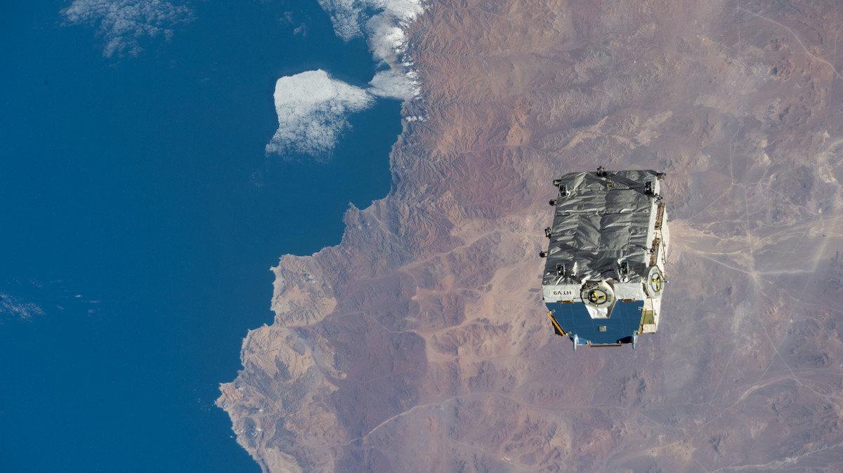 Vanad akud ISS-ist väljaheidetuna kuskil Tšiili kohal (foto: NASA)