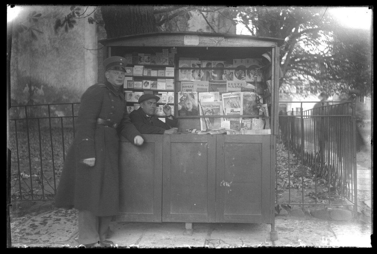 1930. aastate ajalehekiosk Oleviste kiriku juures. Propagandatalitus jälgis üsna pingsalt, mida tollased lehed kirjutada võisid ja mida mitte.