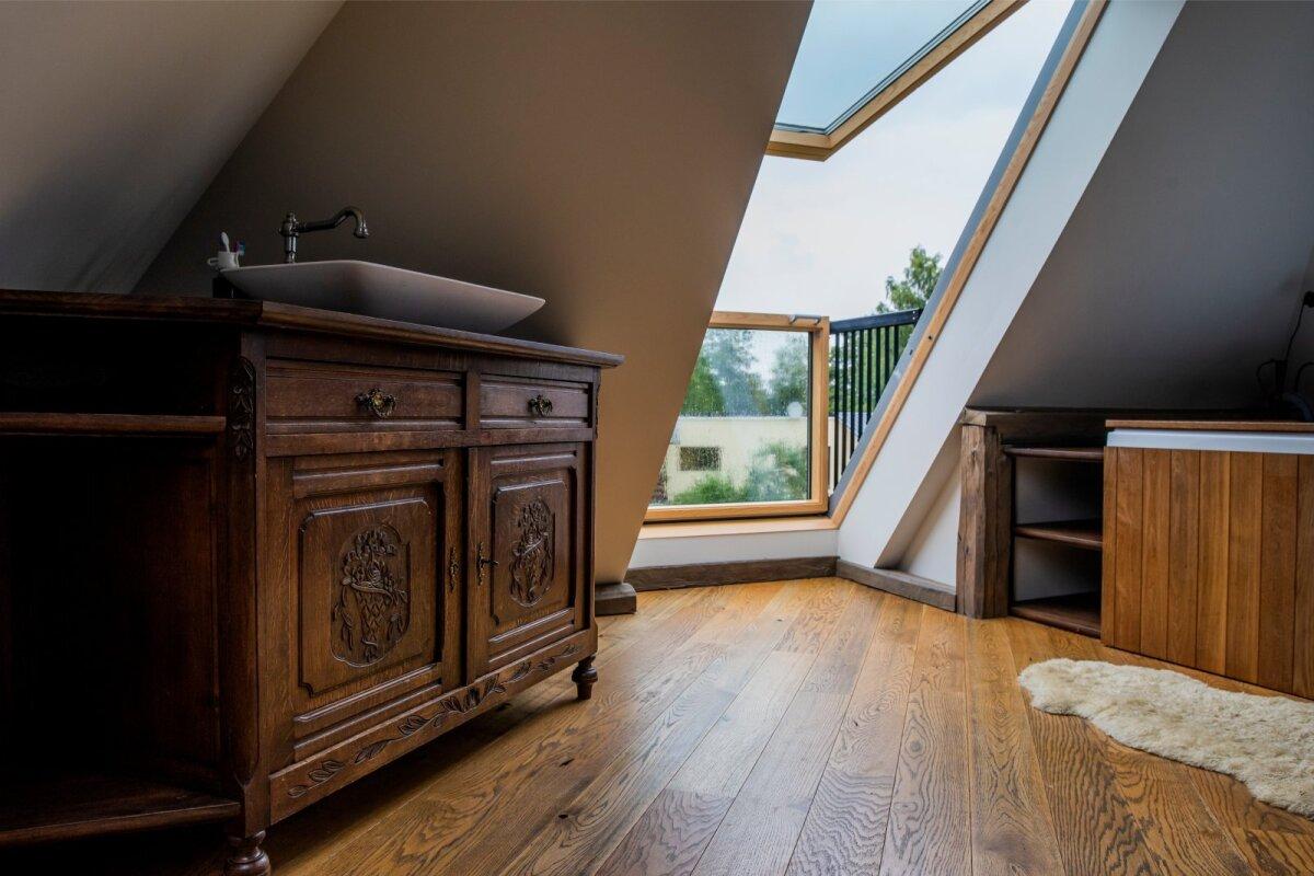 NURGAKE kolmanda korruse magamistoas, kus katuseaken avaneb stiilseks rõduks. Paremale jääb mullivann.