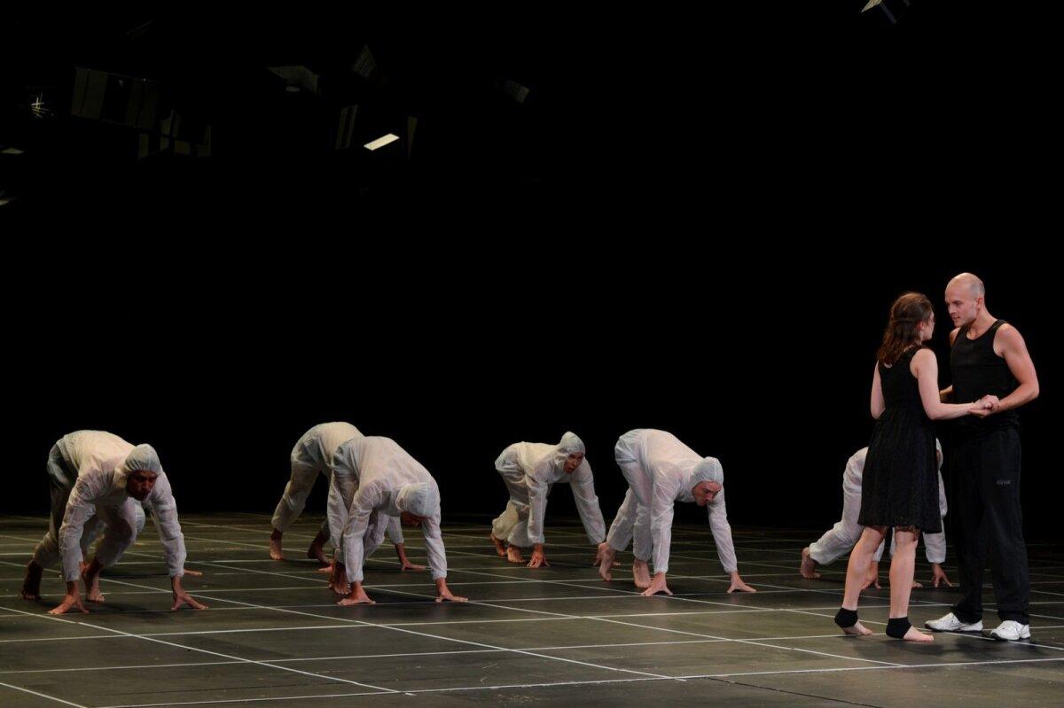 """""""PIIRI PEAL EHK NII ME OLEME"""": 101 teatri-, koreograafia- ja teatrikriitikatudengi koostöös valminud etenduskunstide eluolust rääkiv lavastus."""