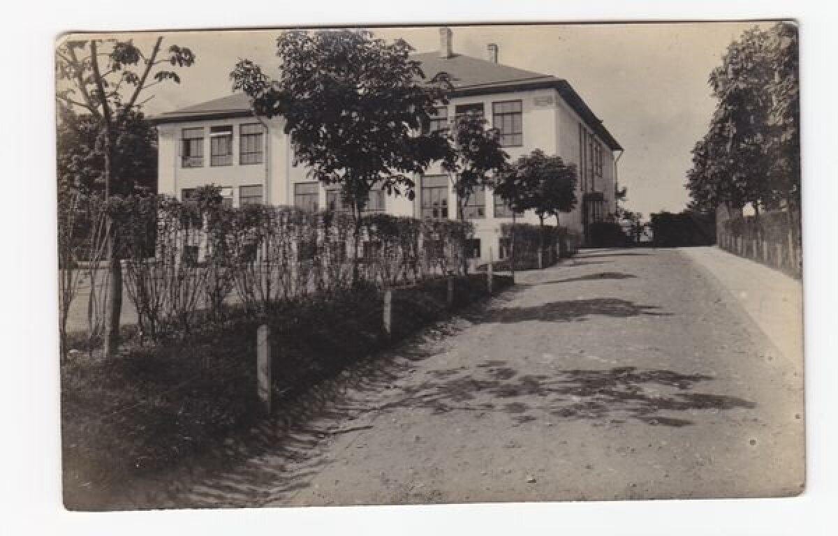 Linna V algkool tänase Vana-Veerenni tänava ääres. Põles märtsis 1944.