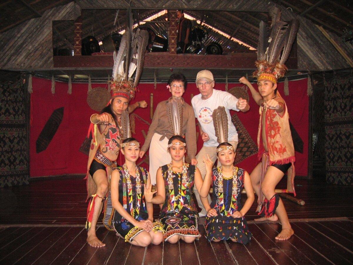 Võitlustantsu ühine finaal Kalimantani kultuurikülas