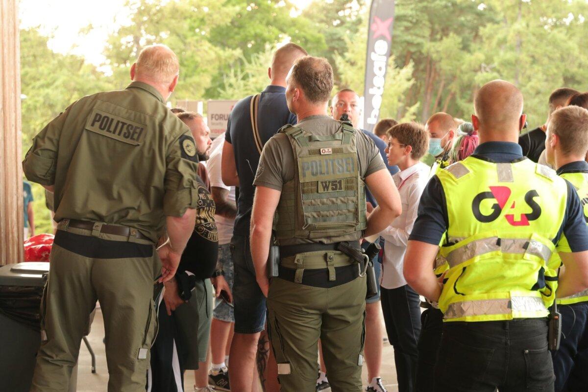 Politseinike ja turvameeste tagant paistavad Slaski toetajad, keda tabas väravas halb üllatus - nende piletid olid tühistatud.