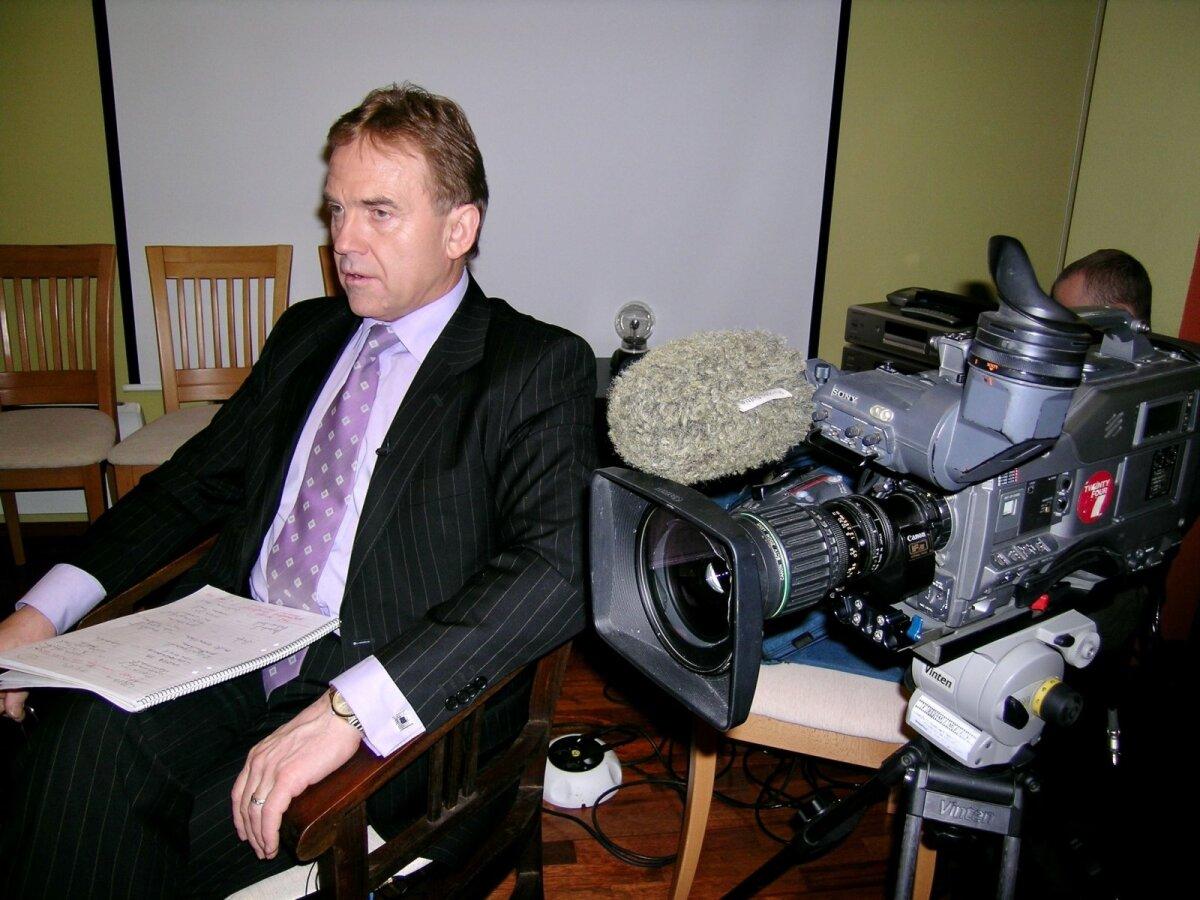 USUTLEMAS Juhan Aare aastate eest filmiintervjuud tegemas.