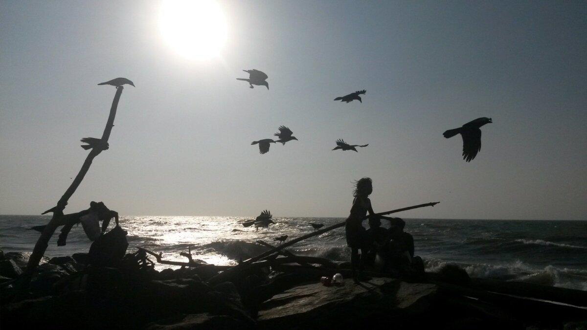 Kohalik perekond Sri Lanka rannas, kaaslasteks linnud.