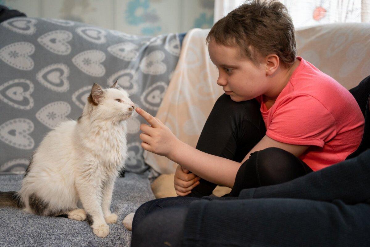 SÕBER TÄPI: Täna võib Raili oma neljajalgset sõpra paitada, kuid keemiravi ajal keelasid arstid kassi ja koera puudutamise. ära, et vältida immuunsüsteemi allasurutusest tingitud infektsioone.