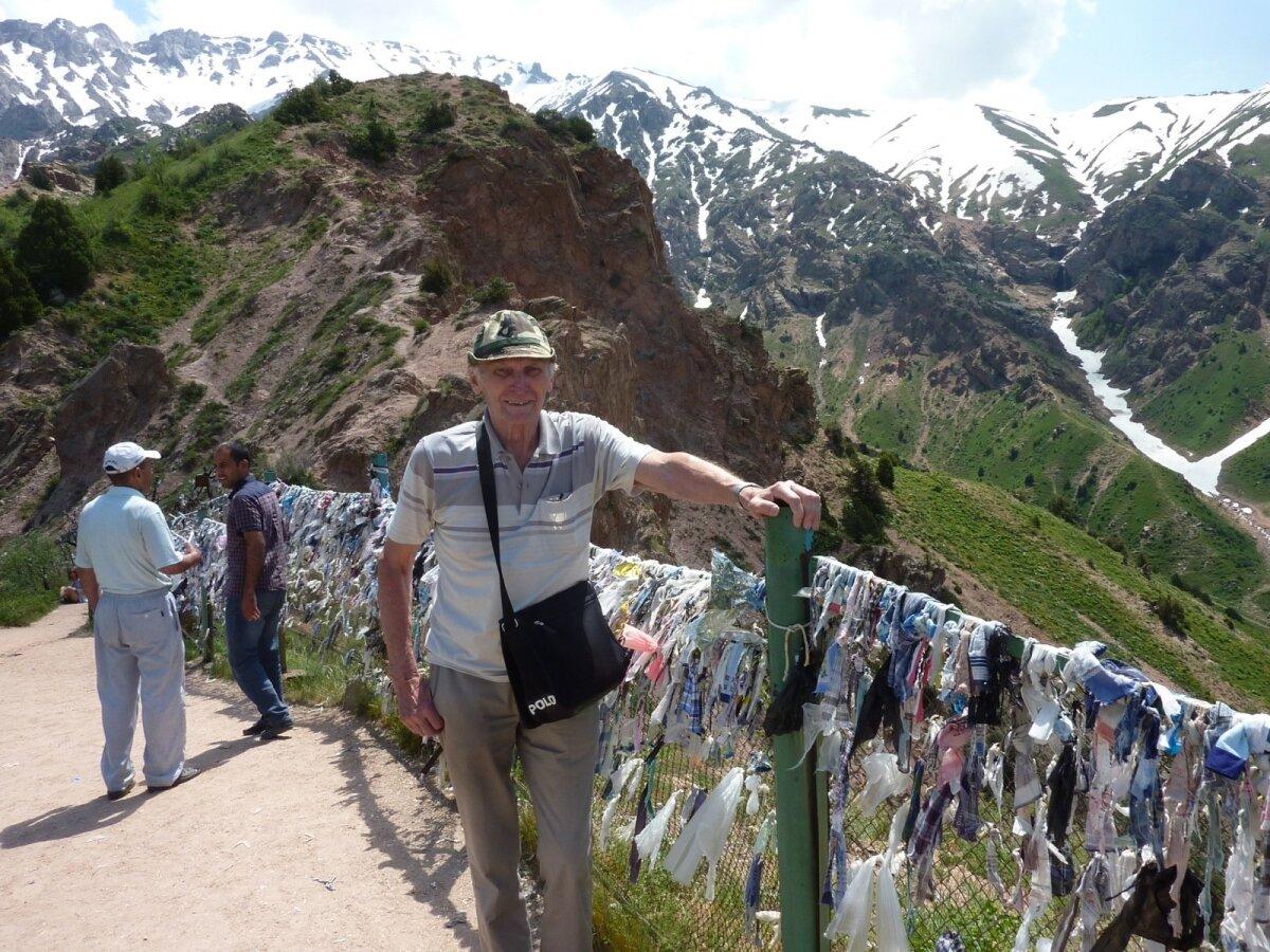Taso suusakuurordi mäetipus suvisel ajal Usbekistanis.
