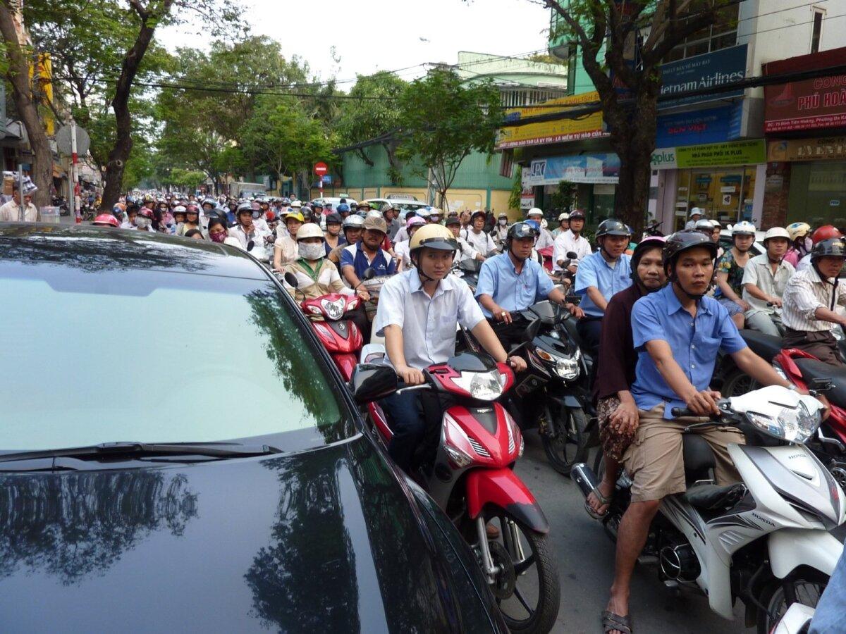 Vietnam. Tavapilt Saigoni tänaval valgusfoori rohelist tuld oodates