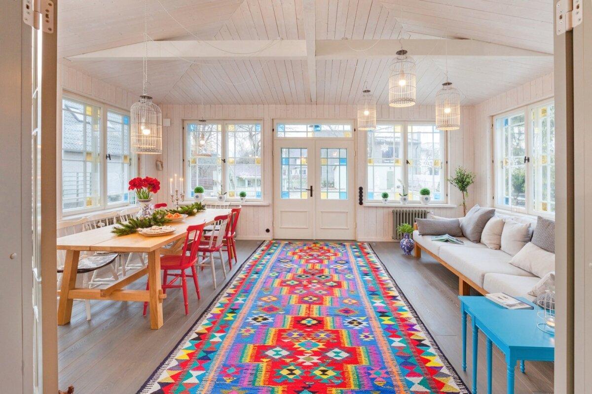 Lõuna poole avanev veranda on maja süda, toimib elutoana, teeb ka talveõhtud erilisemaks. Söögilaud sai valitud pikk, et palju sõpru korraga sööma mahuks.
