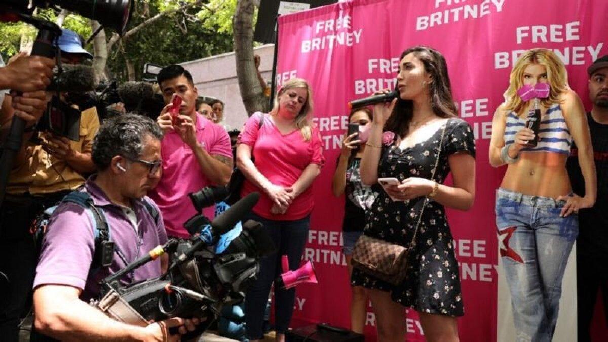 В центре города во время слушания прошла акция протеста с призывом выполнить требования Бритни Спирс
