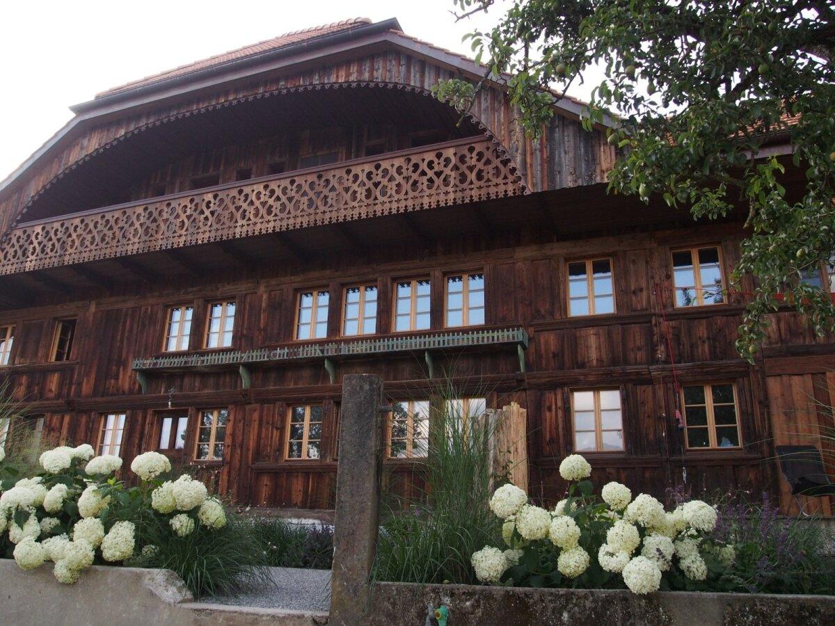 Gruyère'i järve ääres asuv talu, mis taastati Fribourgi tüüpilise vana farmina ning mille aeda eestlasest aiakujundaja Epp K. Erarad meile tutvustas.