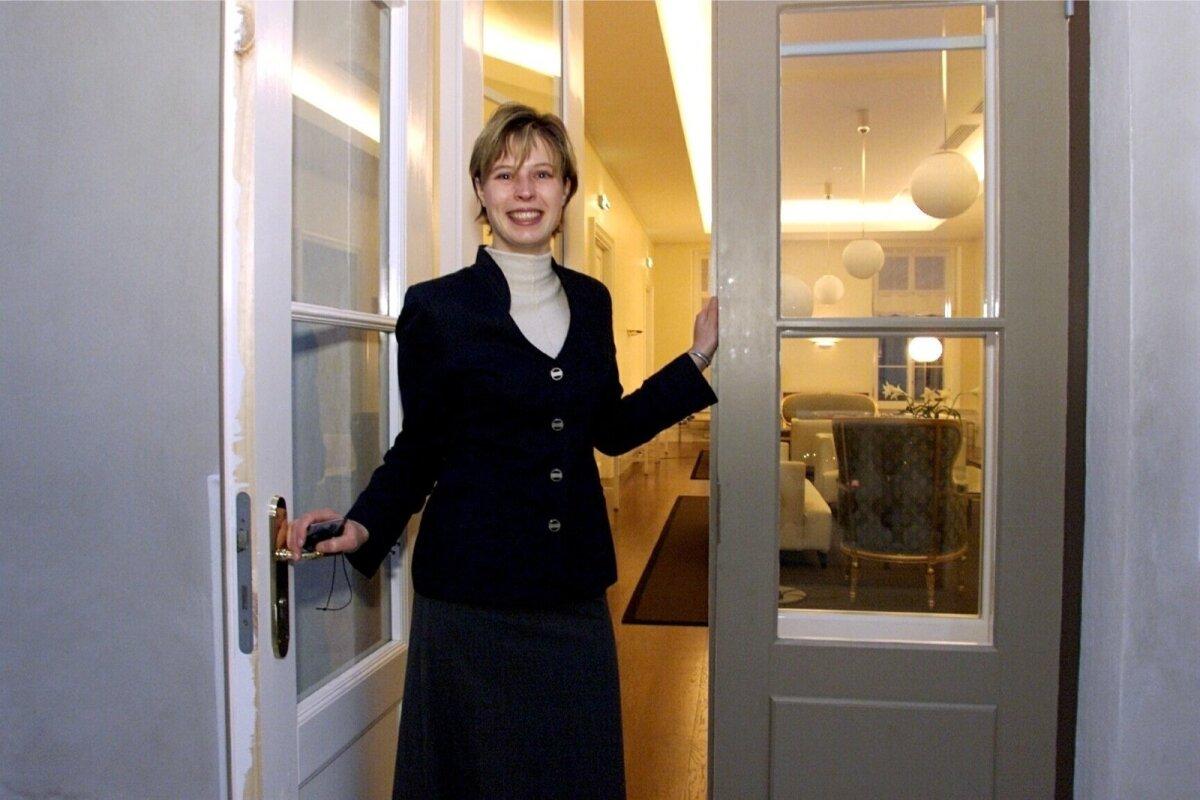 TERE TULEMAST! Kersti Kaljulaid novembris 2000 peaminister Mart Laari nõunikuna Stenbocki majas, kuhu valitsus toona Toompea lossist kolis.