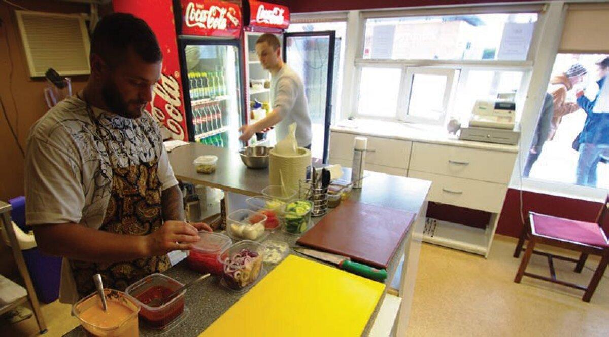 Huud vaadatuna köögipoolelt, vasakul Vladimir Singur ja paremal Risto Viljur.