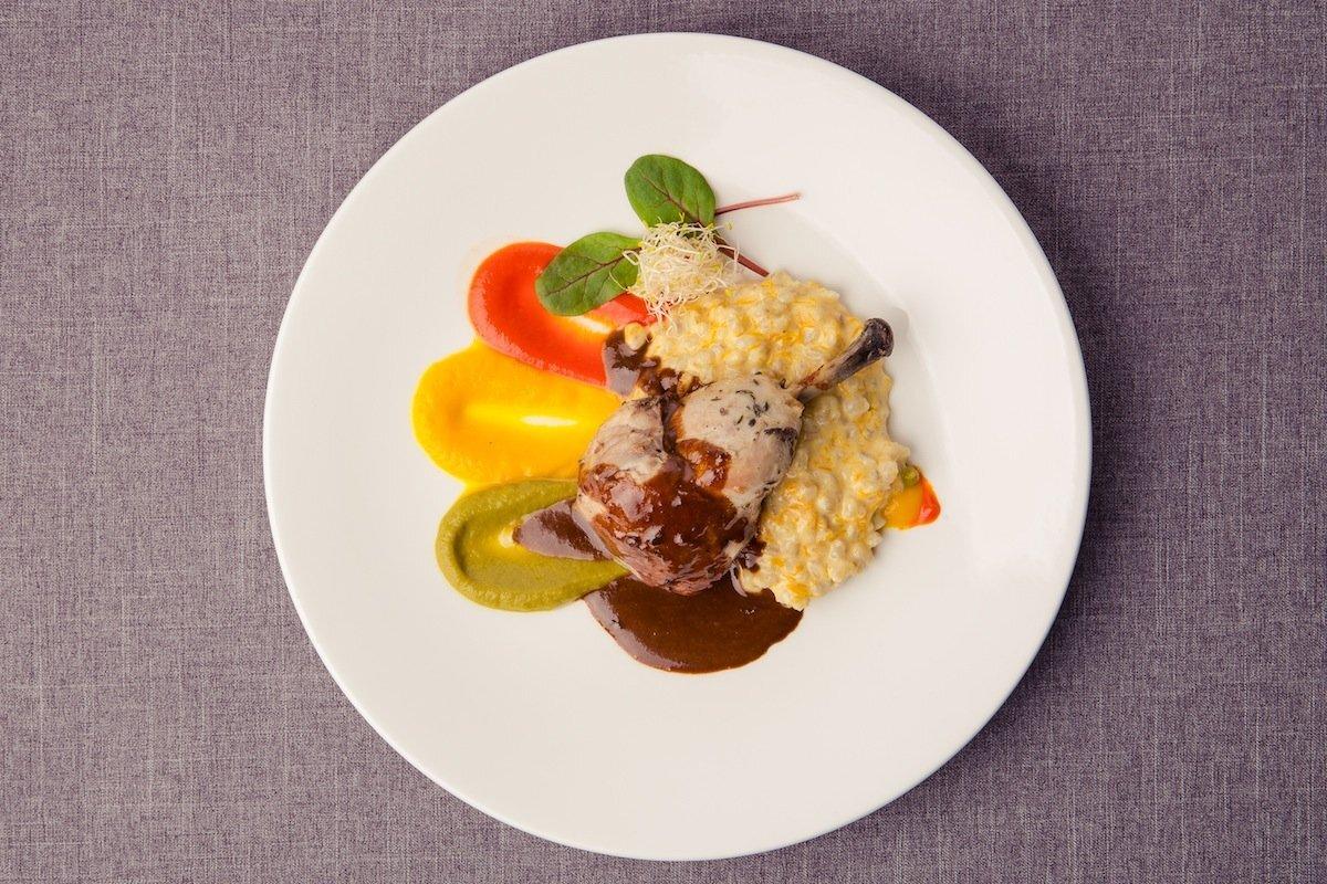 Broilerikoiva ja kintsuliha confit kõrvitsaorsotto, paprikacouli ja tüümianikastmega.