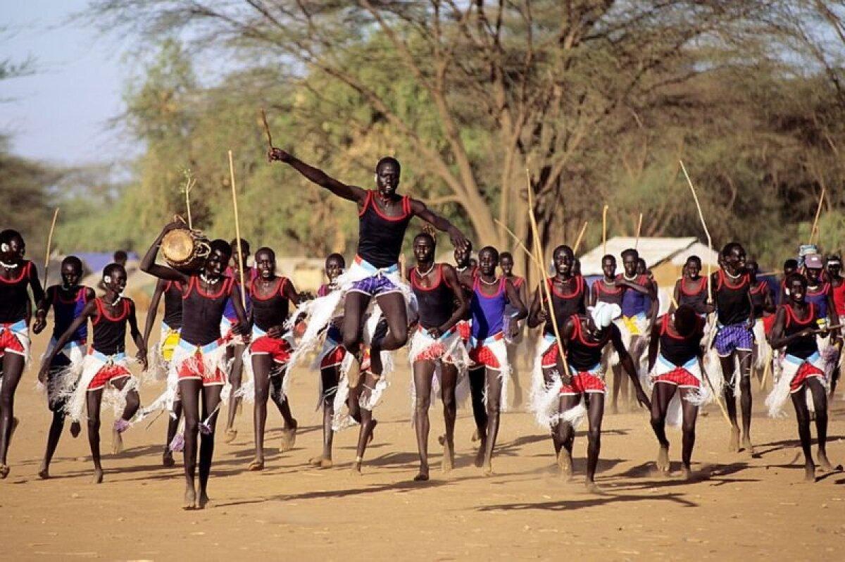 Беженцы из Судана танцуют в Какуме