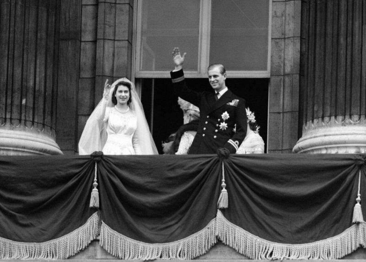 Принцесса Елизавета и Филипп на балконе Букингемского дворца в день свадьбы