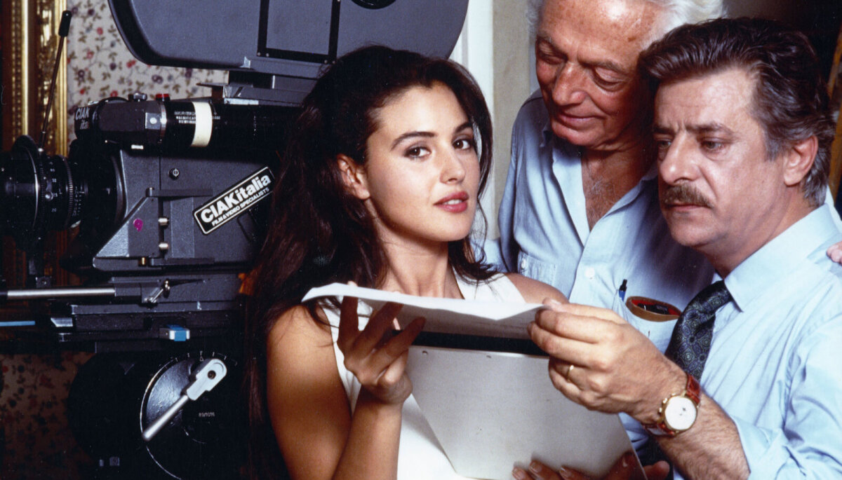 """Monica Bellucci 1990. aastal Itaalia telefilmi """"Vita coi figli"""" võtetel."""