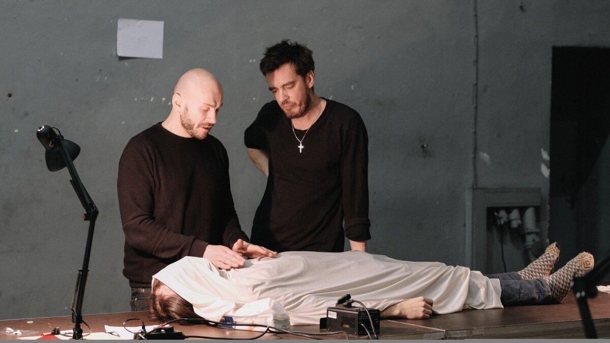 Mart Kangro ja Juhan Ulfsak õpetavad, kuidas laibaga (mängib Eero Epner) hakkama saada.