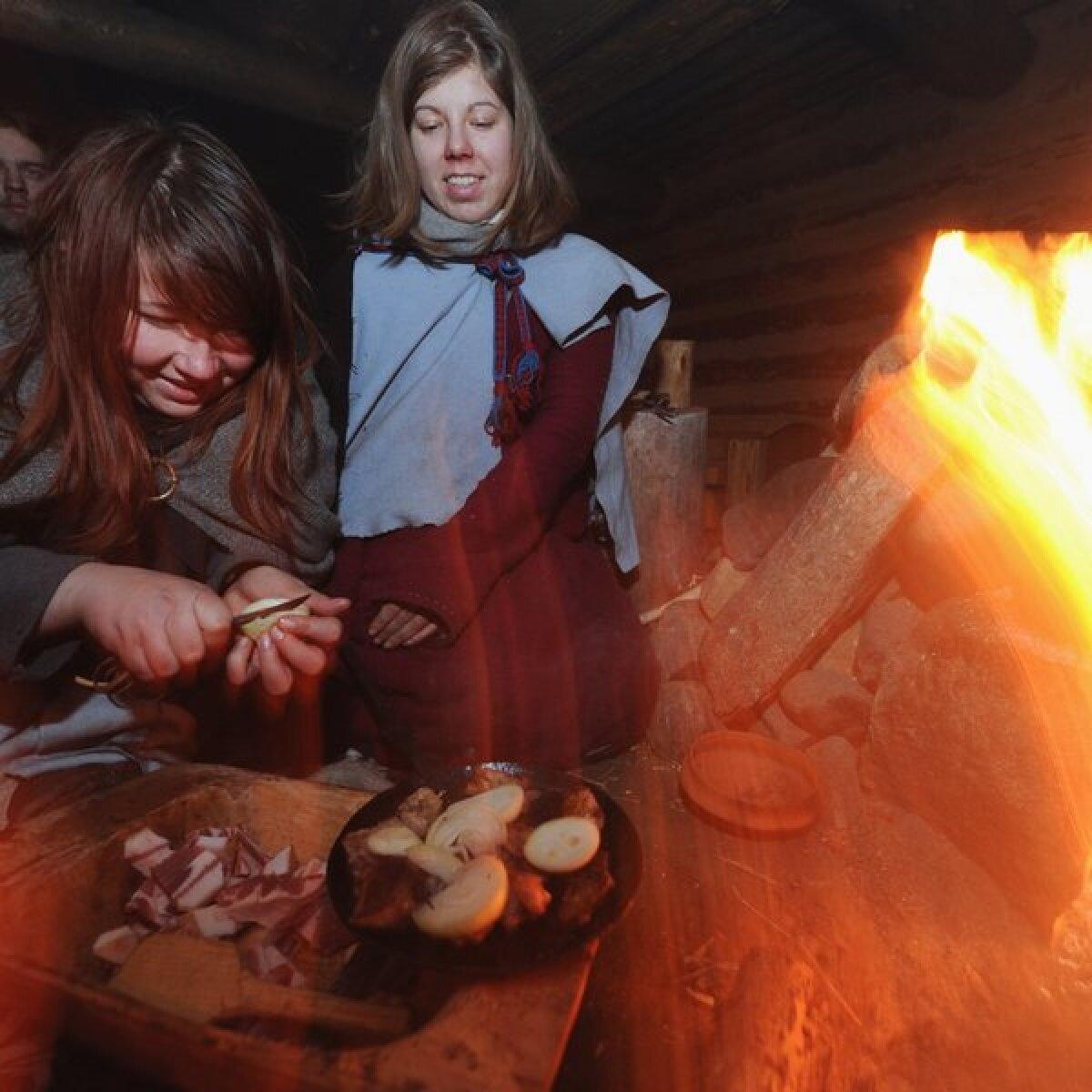 MarMaarja Lainevoog ja Kristin Otti on ametis õhtusöögi valmistamisega.Toidu tegemine on üks meeldivamaid tegevusi ja ajaviiteid muidu pimedas ja suitsuses toas.k