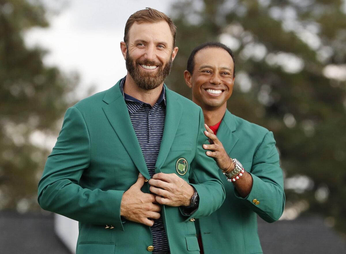 Dustin Johnsonile andis Masters turniiri võitja rohelise jaki üle tiitlikaitsja Tiger Woods.