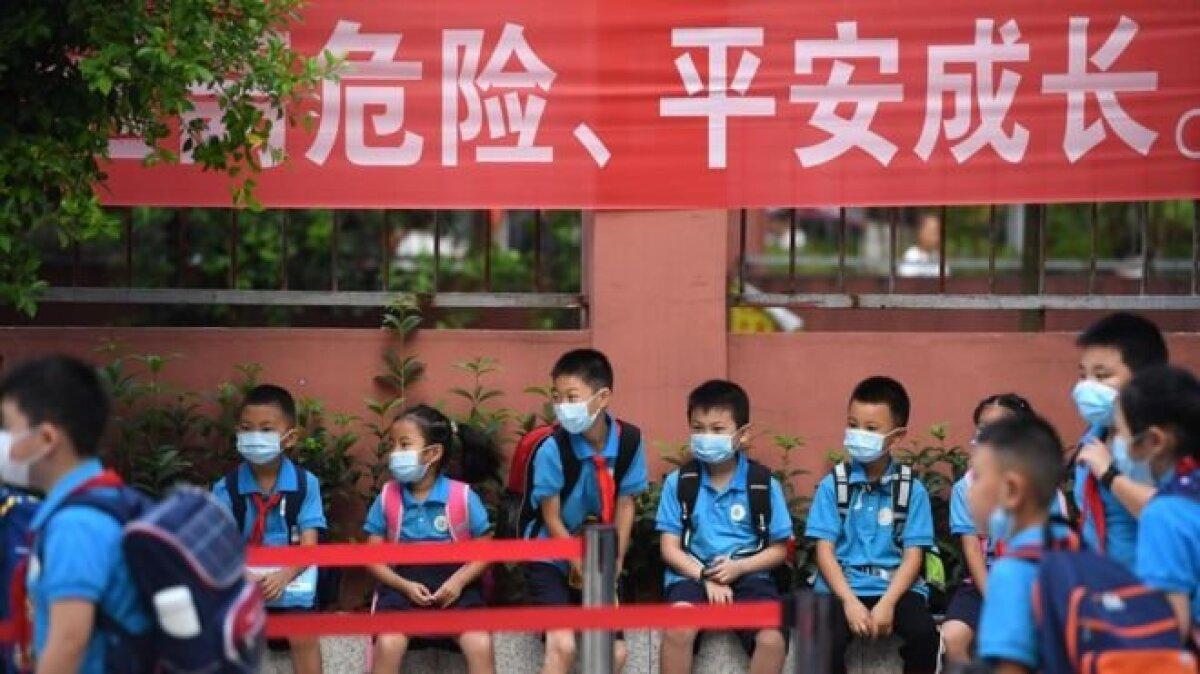 Школьники в китайском Чунцине поголовно носят маски