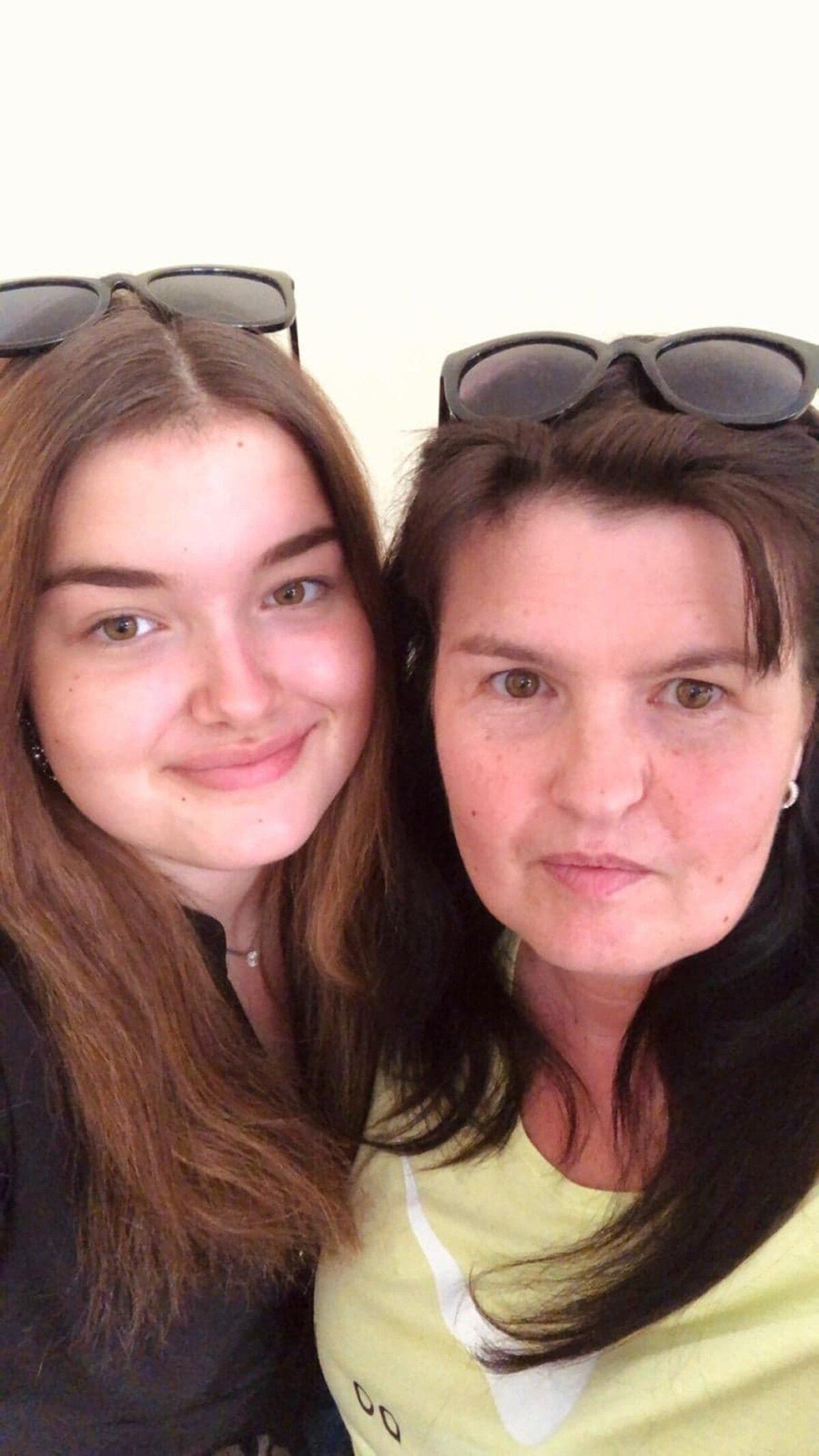 ОСМОТР НА ЛЕСТНИЦЕ: Виктория Петерман (справа) даже не смогла описать свои симптомы для скорой помощи. На фото Виктория с дочерью.