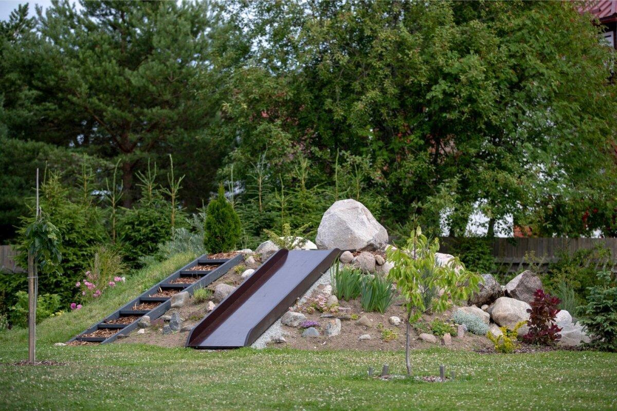 Küttevärki rajades tuli maapõuest välja hunnik kive, millest sai maastikukujunduse osa: kiviktaimla ja vahva liumägi.
