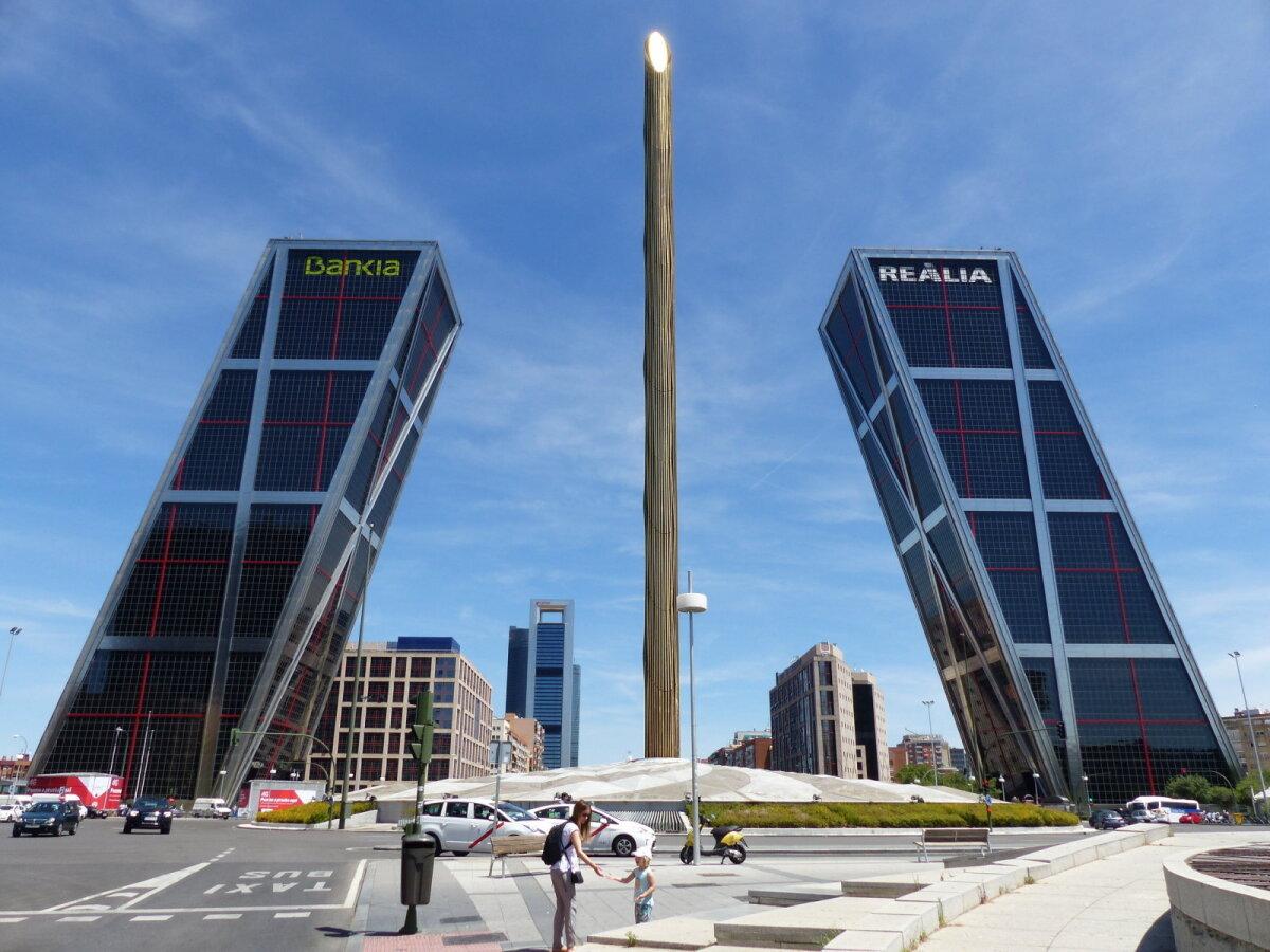 Puerta de Europa koosneb kahest 15-kraadise nurga all teineteise poole kaldu olevast tornist.