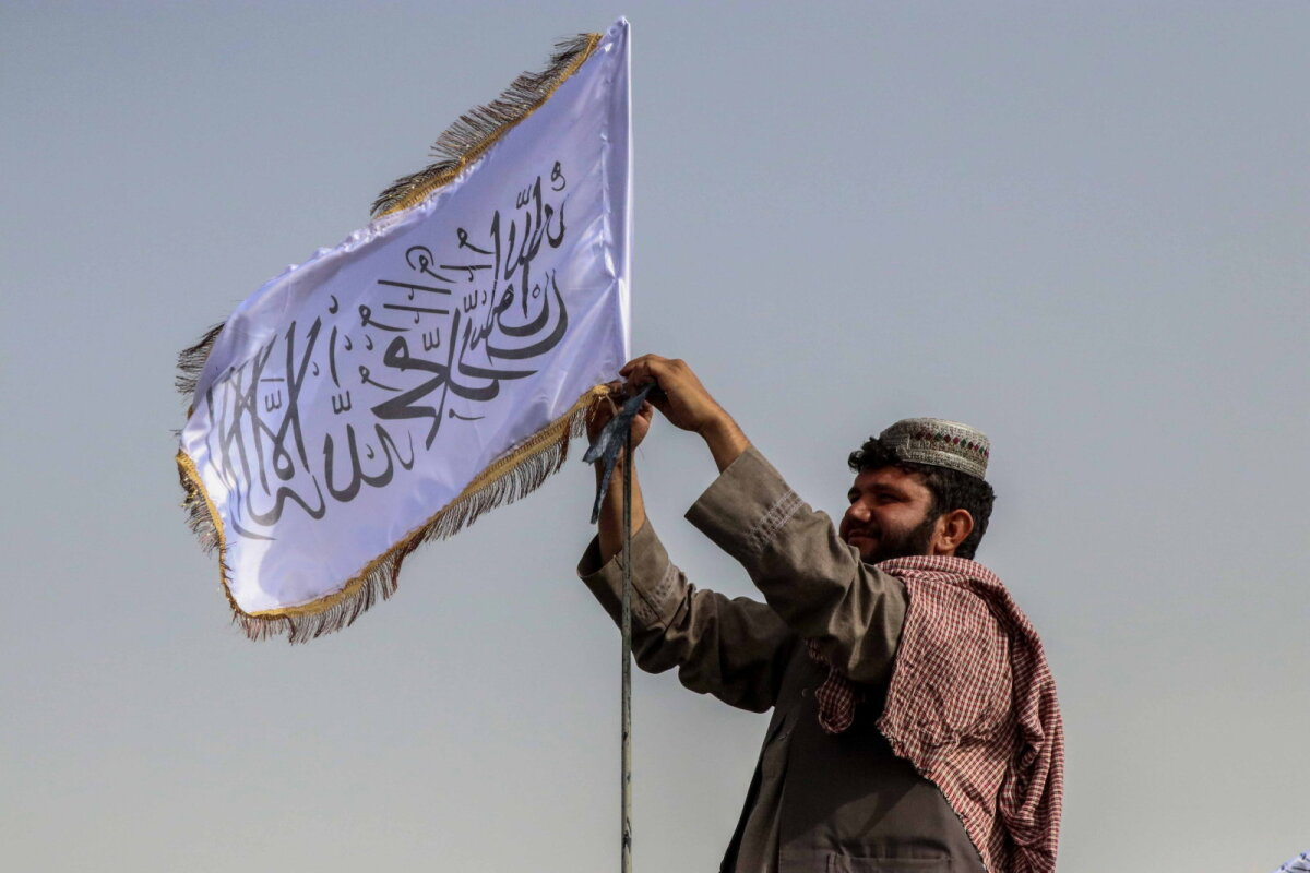 Talibani võitleja äärmusühenduse lipuga.
