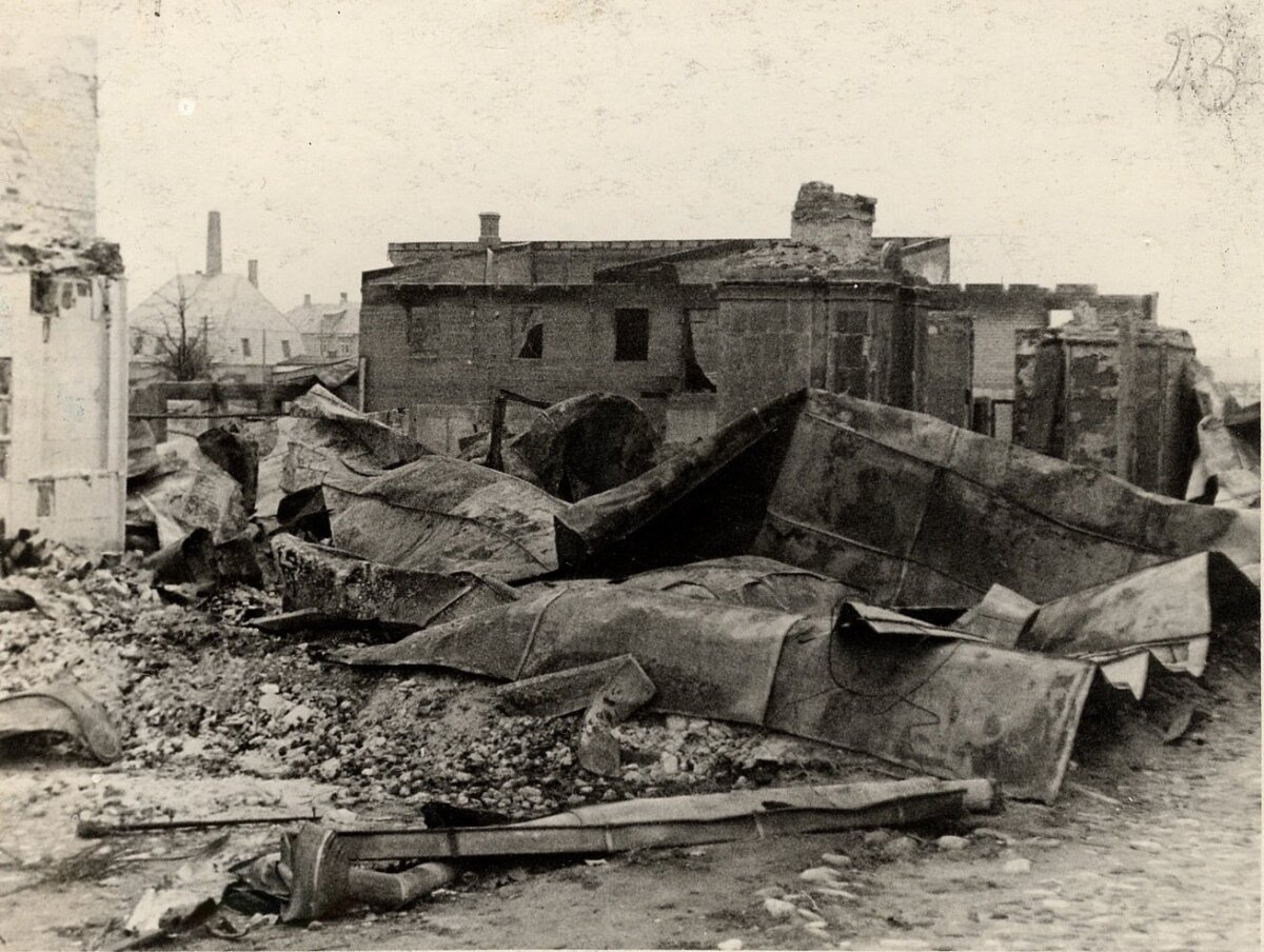 II MS. Eesti Tarbjateühistu Jõgeva kontori kontroihoone varemed, suvi 1941. Maja süütasid põlema taanduvad Nõukogude väed või Läti hävituspataljon, 23. juuli 1941