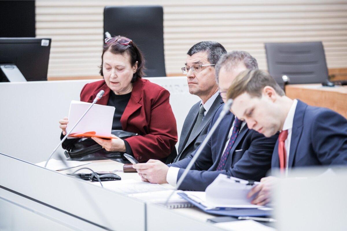 ПАН ПАШКОВСКИЙ: Рядом с переводчицей в красной кофте сидит Ян Пашковский, которого эстонская прокуратура хочет передать в Польшу. На переднем плане бумаги изучает Элмер Муна.