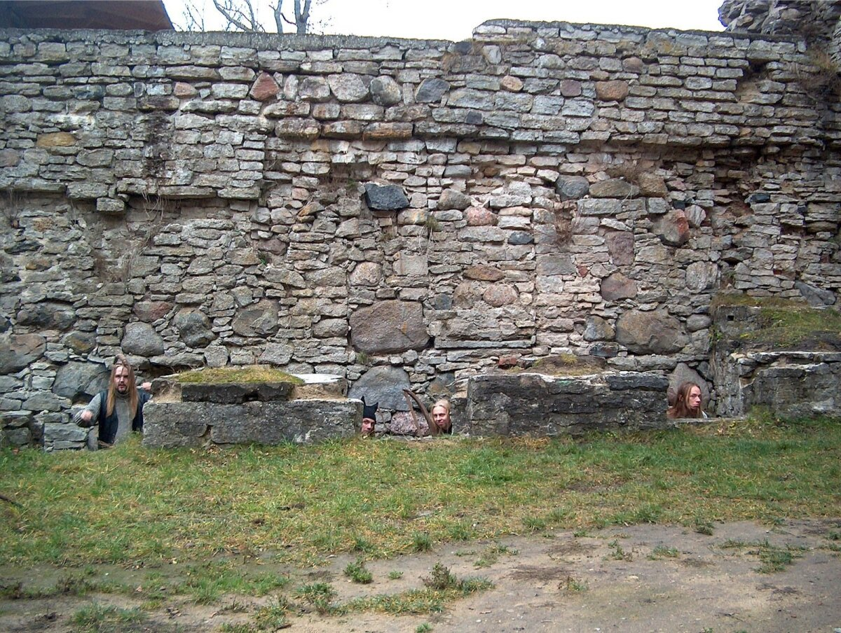Iga õige hevibändi promopiltide hulgas on vähemalt üks, mille tähtsaim element on kivimüür. Fotosessioon 2003. aasta sügisel Padise kloostris.