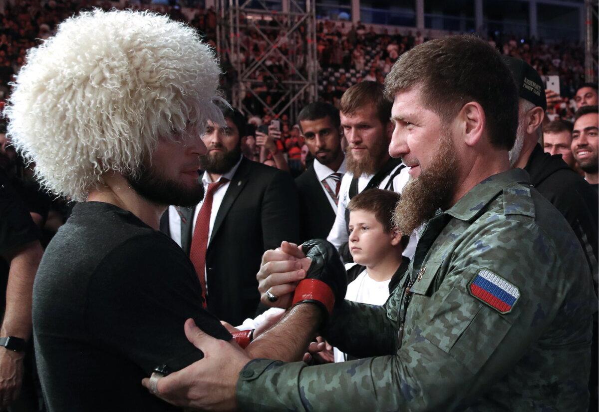 Ramzan Kadõrov (paremal) 2019. aastal Abu Dhabis õnnitlemas Habib Nurmagomedovit.