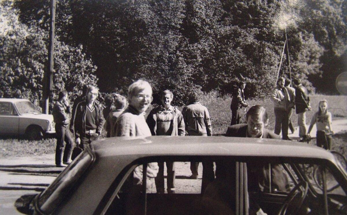 KGB-lased pildistasid noil päevil Tarvastu ja Mustla kandis hoolega. Sedakorda sattusid fookusesse Mart Laar ning Trivimi Velliste. Taamal (keskel) Kalle Eller.