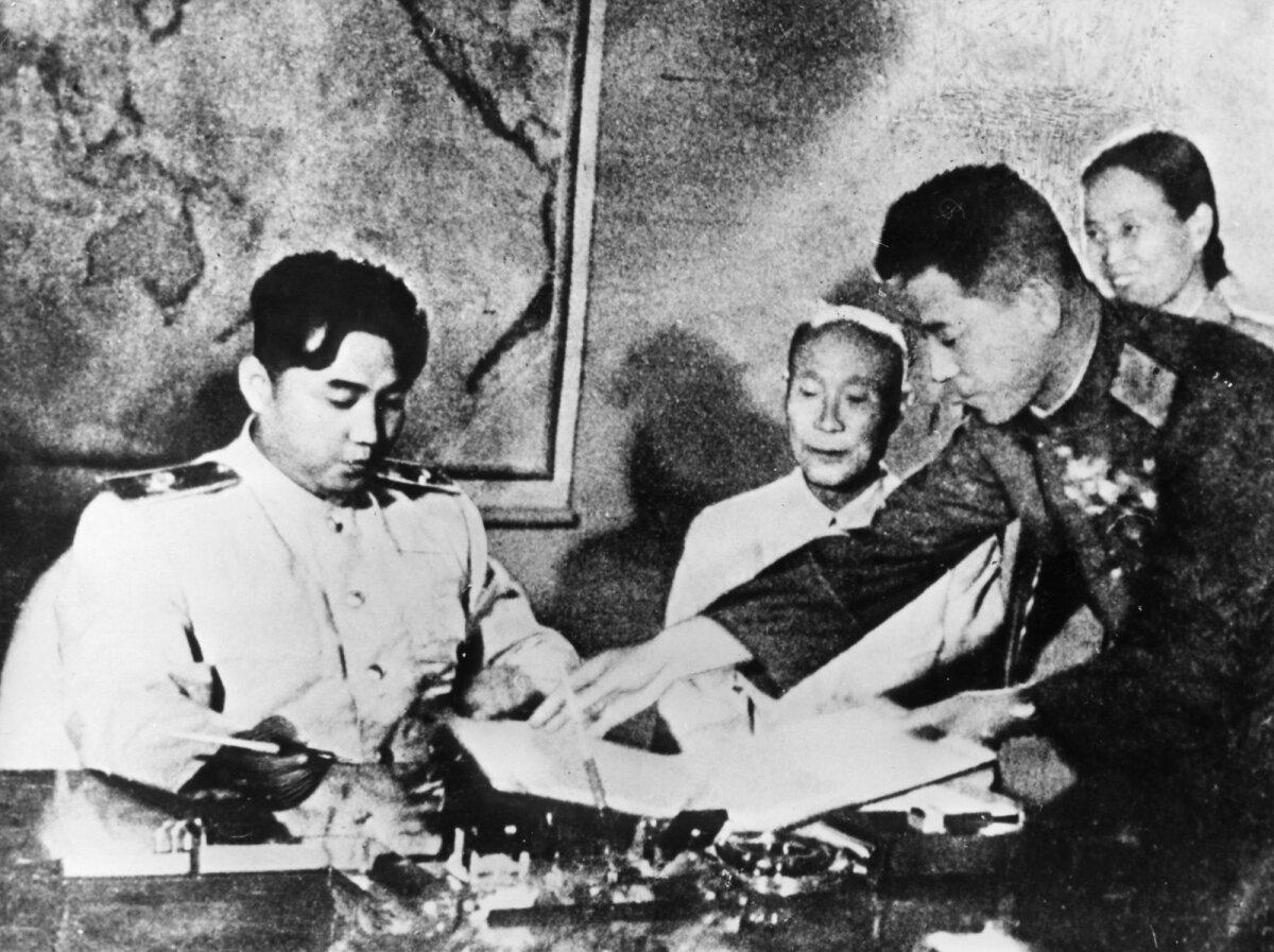 Relvarahukokkulepe sõlmimine aastal 1953. Vasakul Kim Il-sung ja paremal kindral Nam Il.