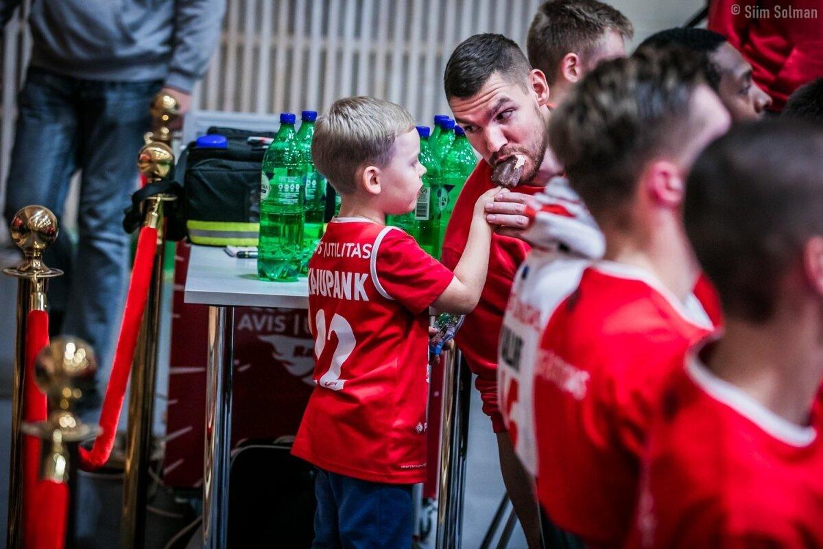 Legaalne doping: Indrek Kajupanga poeg pakub isale Rapla-Kalev/Cramo mängu ajal jäätist.