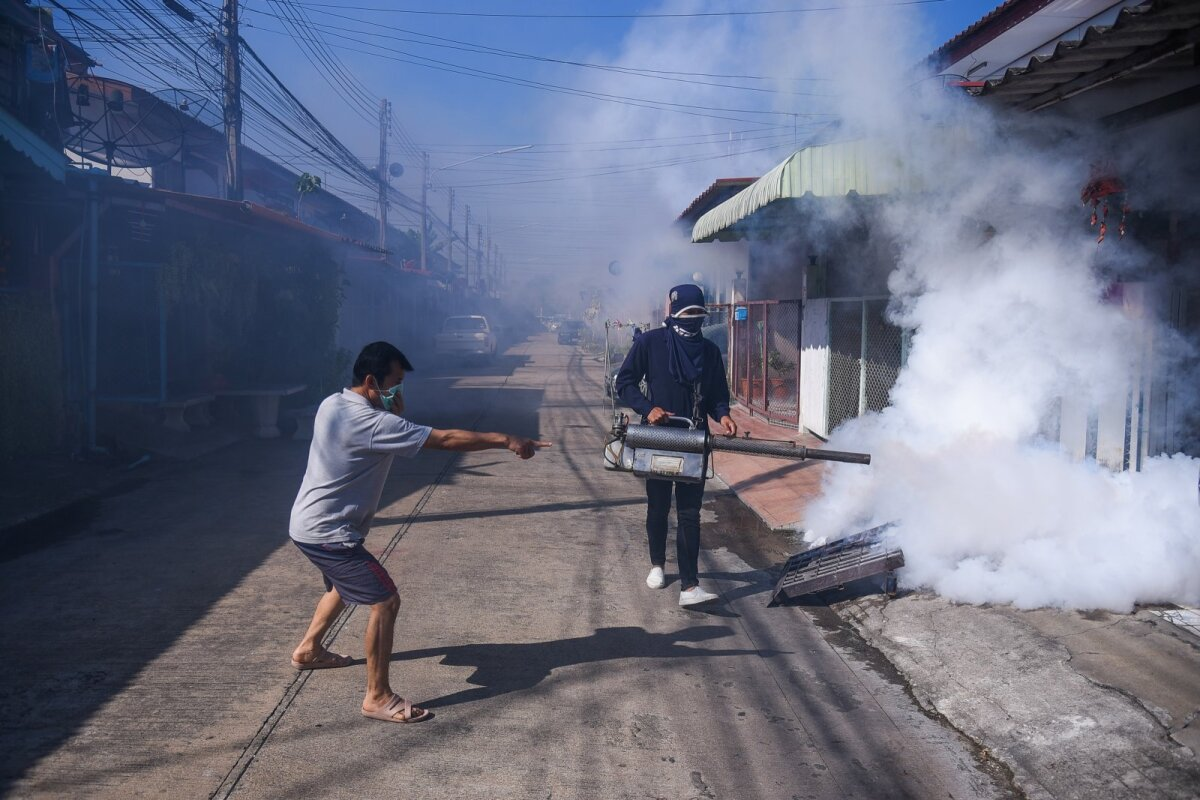 SUITSU NÄKKU: Mees peletab Taimaal dengue palavikku levitavaid sääski.