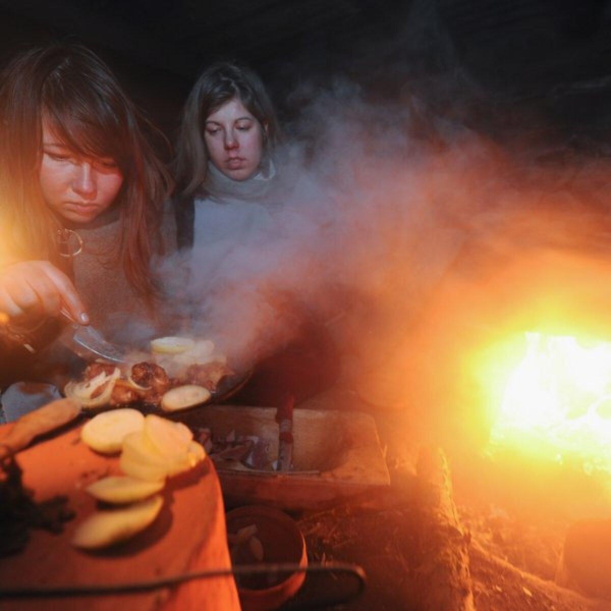 Maarja Lainevoog ja Kristin Otti on ametis õhtusöögi valmistamisega.Toidu tegemine on üks meeldivamaid tegevusi ja ajaviiteid muidu pimedas ja suitsuses toas.