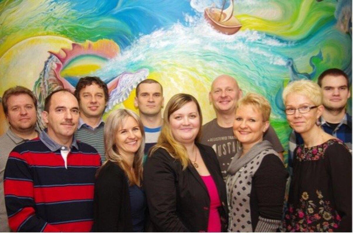 Isis Medicali meeskond kontoris, taustaks üks mitmest Monica Palmi värvilisest seinamaalist