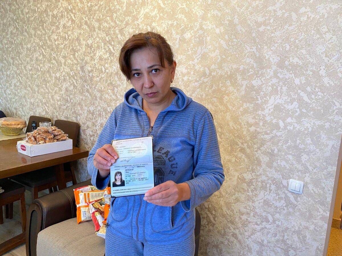 Инга показывает паспорт. 27 сентября у нее день рождения, именно в этот день начали бомбить по Степанакерту