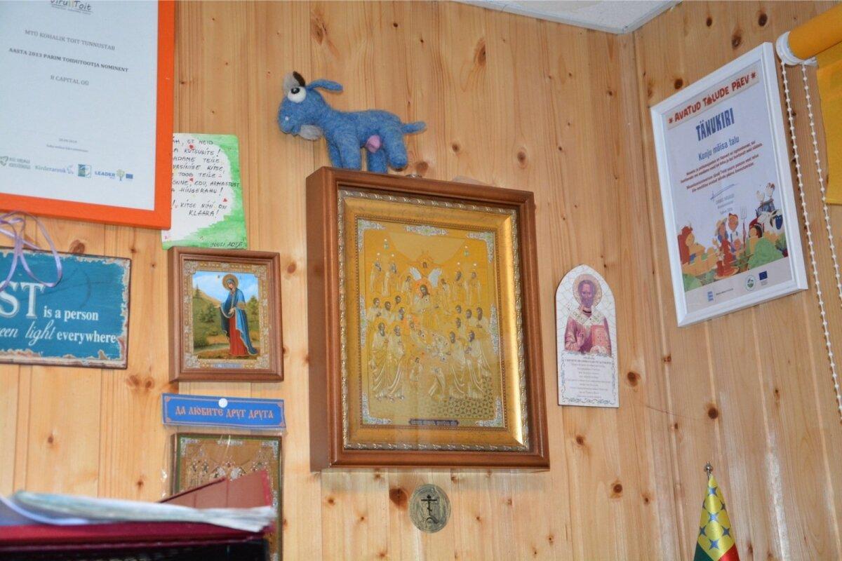 Konju kitsefarmi kontori seinal ripub ikoon.