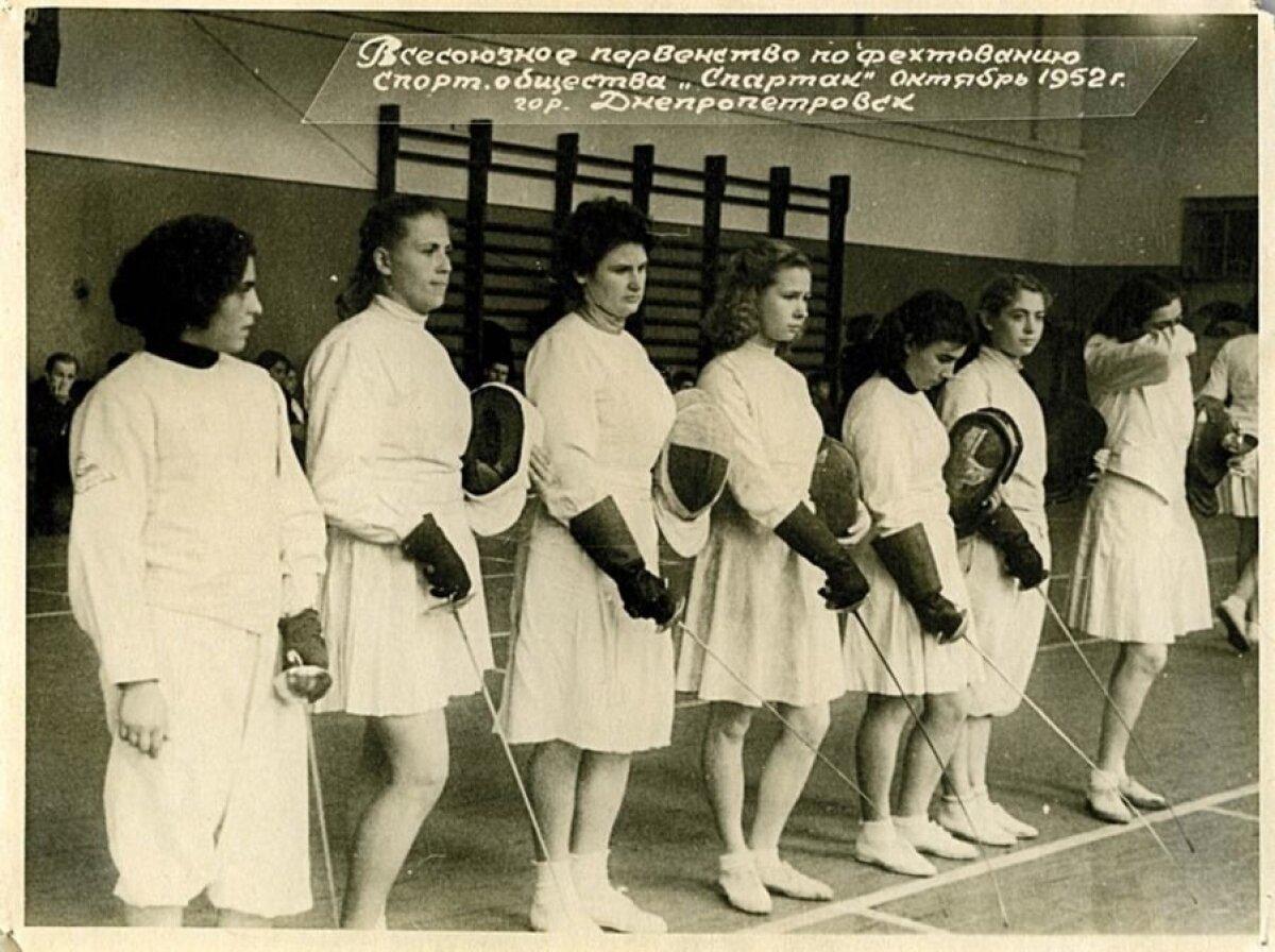 PÄRIS VÕISTLUS 1952. AASTAL: Eesti koondise naised kandsid Dnepropetrovskis valgest sametist seelikuid.
