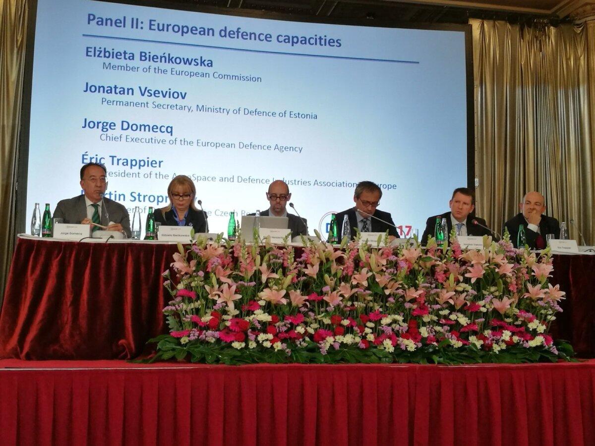 Kaitseministeeriumi kantsler Jonatan Vseviov (paremalt teine) Praha julgeoleku- ja kaitsekonverentsil