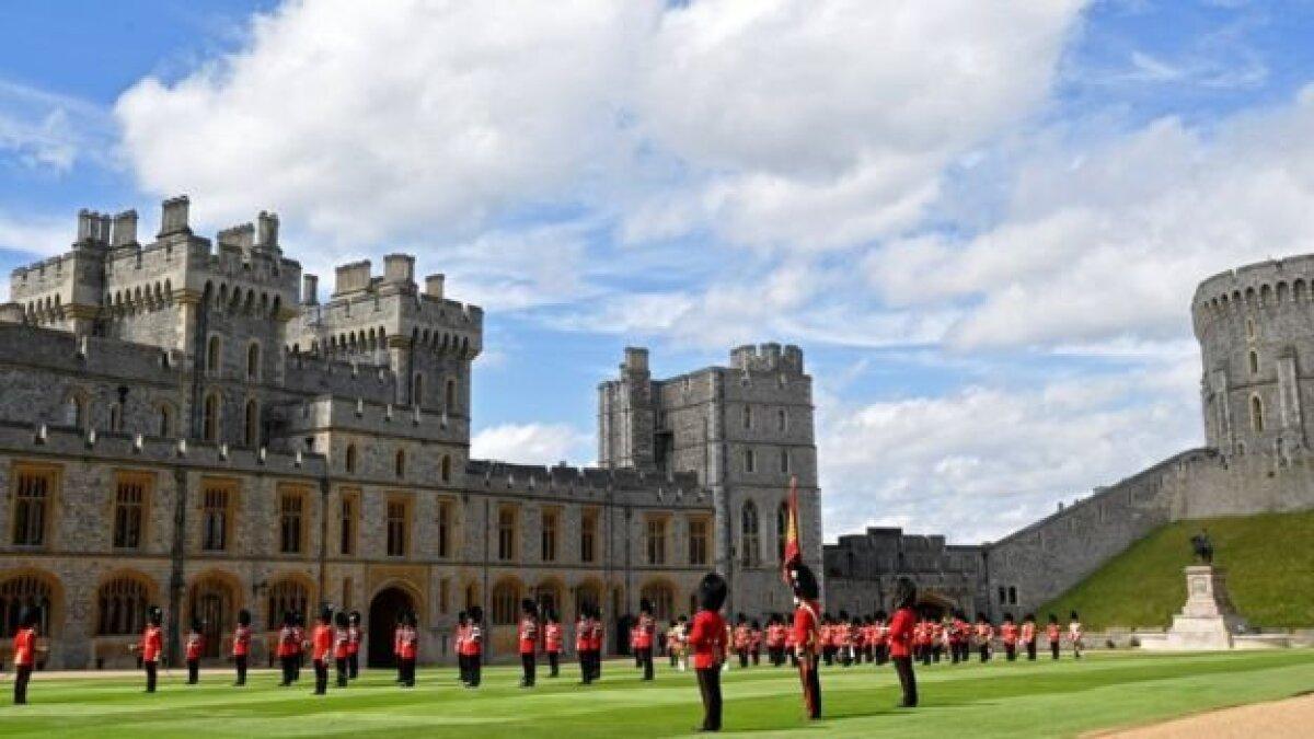 Королевские гвардейцы держали положенную социальную дистанцию