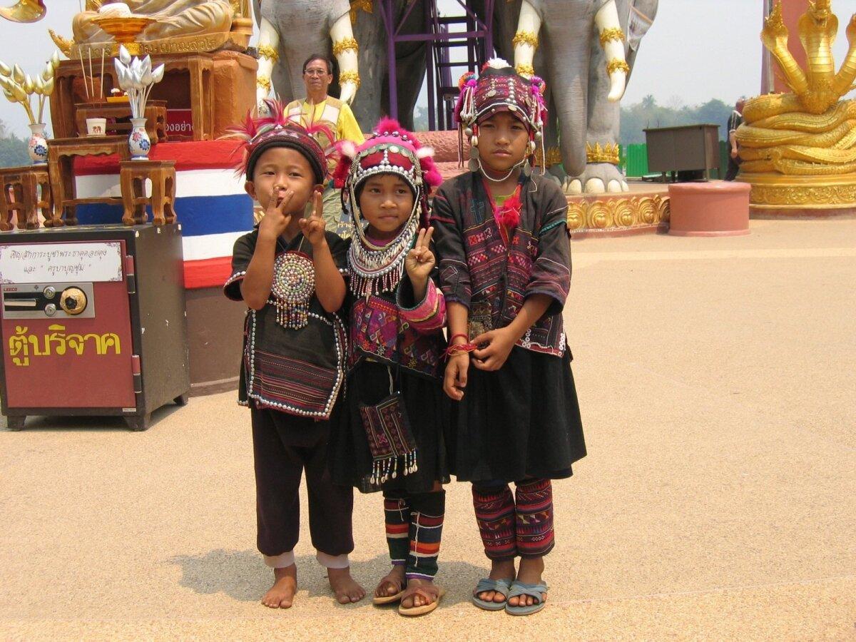 Põhja-Tai kolm rahvariides last