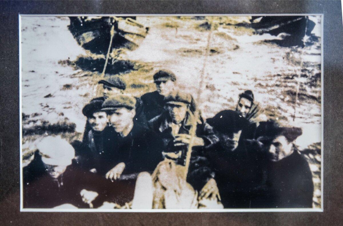 Perekond Meri jõudis 1944. aasta sügisel kalapaadis Rootsi Stockholmi saarestikku. Paremal Enn Meri isa Oskar, tema taga ema Linda.