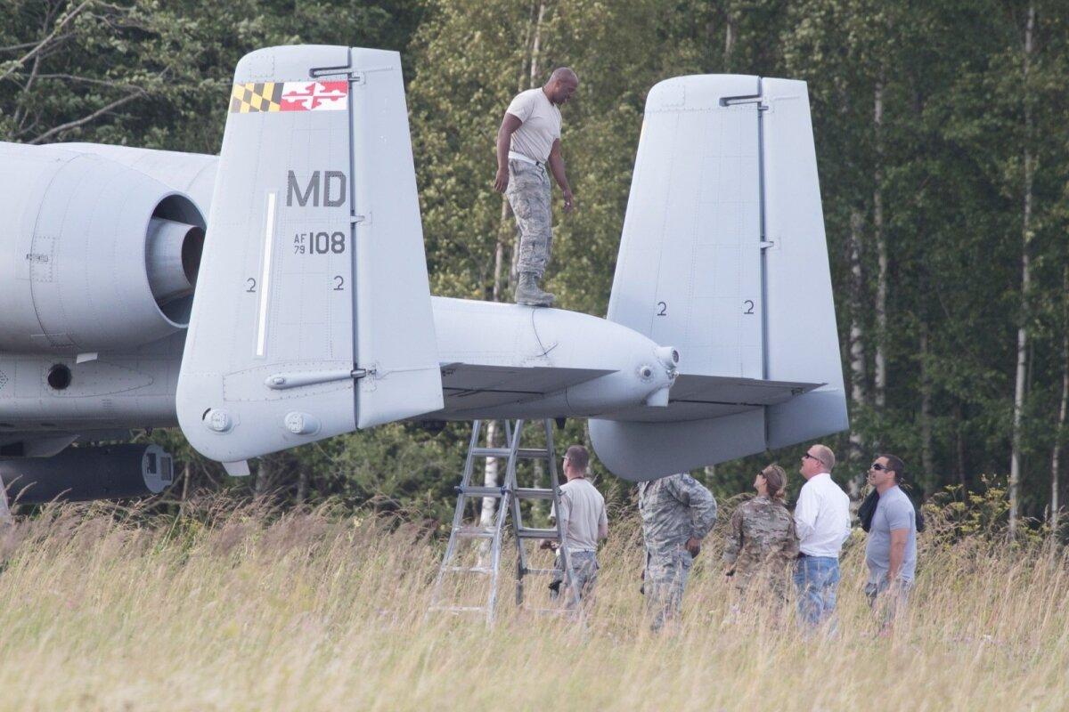 """Ameeriklaste A-10 põrutas maandumisharjutusel vastu liiklusmärki jäädes tundideks Piibe maanteele """"remonti""""."""