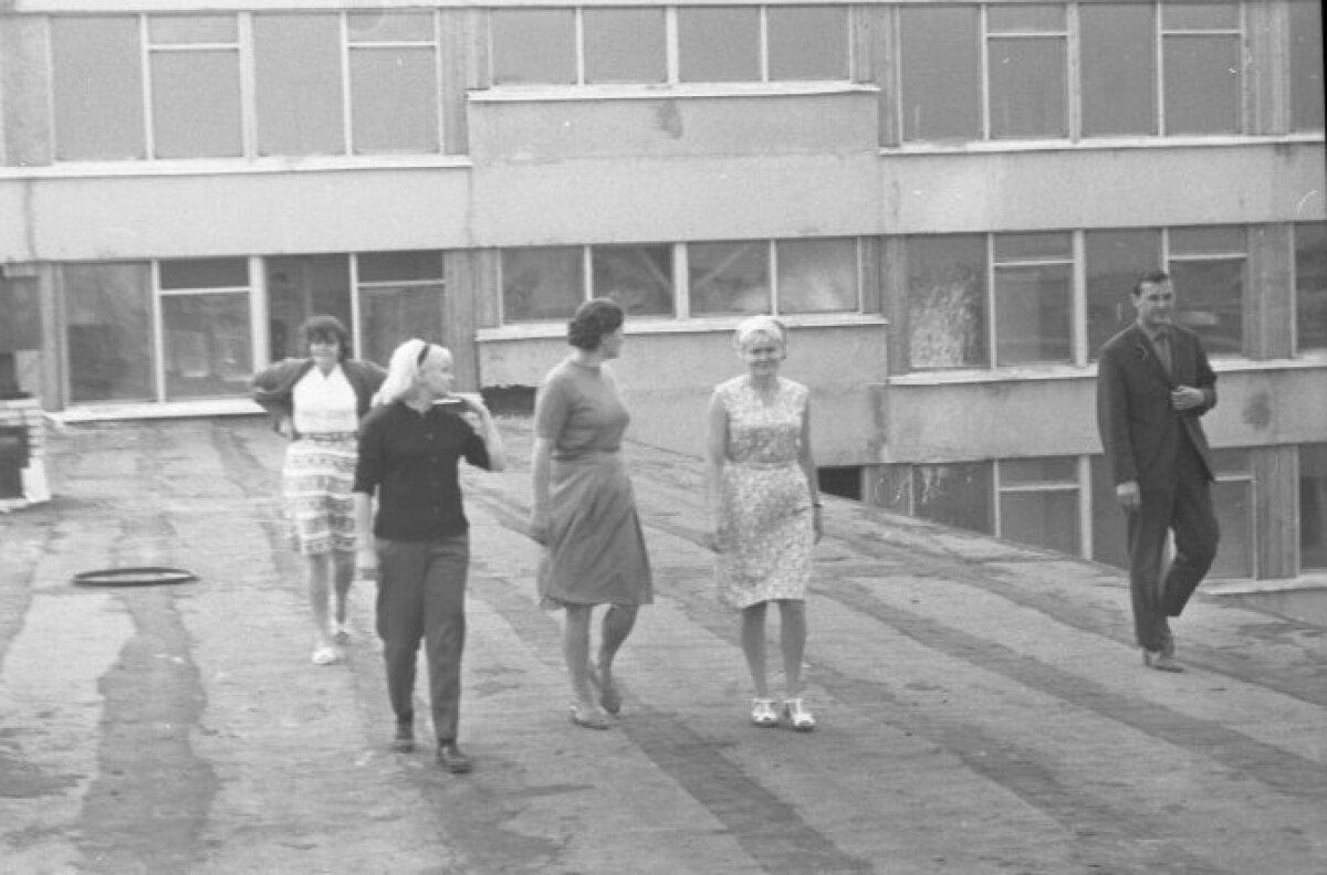 Grupp inimesi Tallinna 37. Keskkooli hoone taustal Mustamäe 5. mikrorajoonis.
