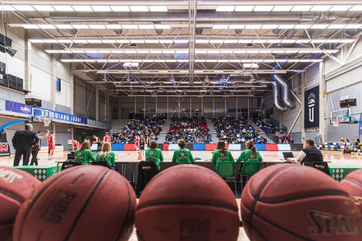 Spordivõistlused toimuvad Eestis endistviisi ja eile Tartus peetud Paf Eesti-Läti korvpalliliiga mängul oli pealtvaatajaid mitusada.