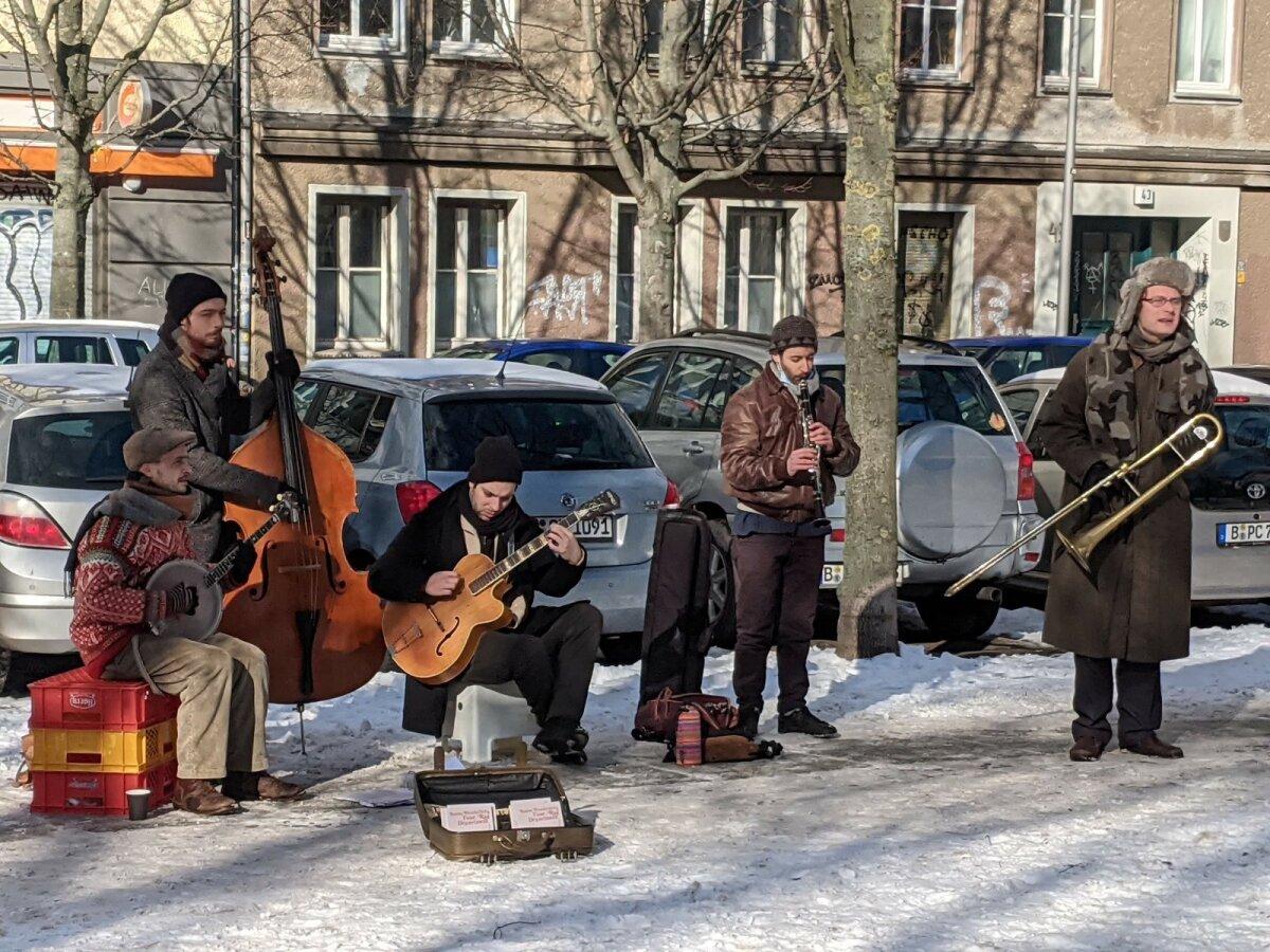 Tänaval muusika mängimine on vabakutseliste muusikute ainus sissetulek ja kuulajatele ainuke võimalus elavat muusikat kuulda.